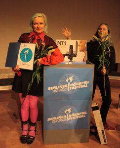 Marila und Bela Brillowska. Gewinner des Publikumspreises /// Das kurze brennende Mikro mit ihrem Gewinn. Bild: Etienne Röder.