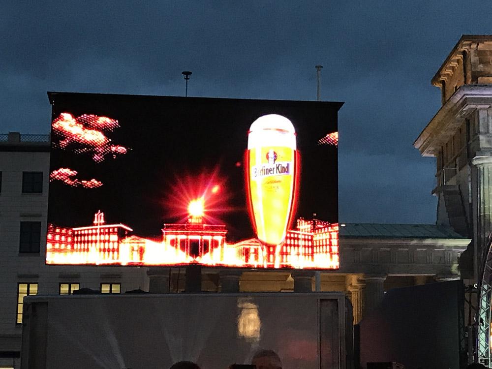 Nytår ved Brandenburger Tor. Selvfølgelig reklameres for Berliner Kindl