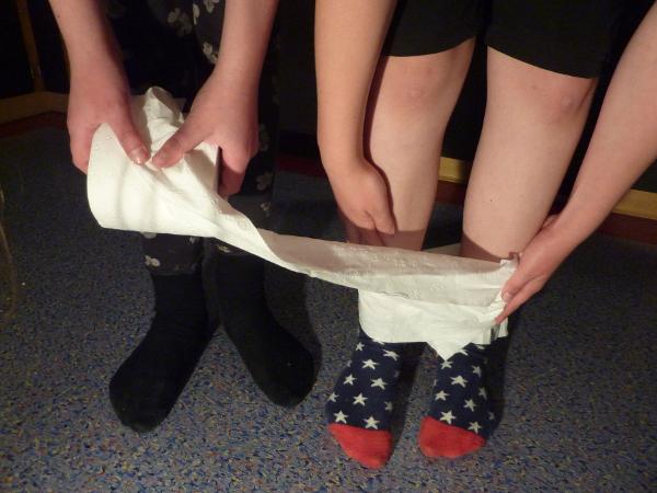 mumie einwickeln - wrap the mummy - german kid birthday games