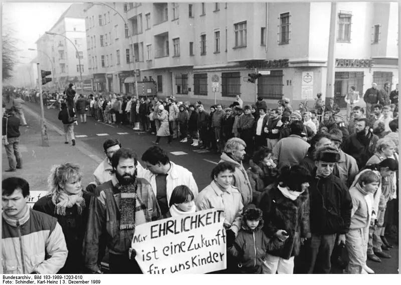 ADN-ZB Schindler 3.12.89 Berlin: Menschenkette- Dicht gedrängt standen die Bürger an der Dimitroffstraße-Ecke Greifswalder Straße. Dort stießen die Menschenketten von der F 96 und der F 2 aneinander.