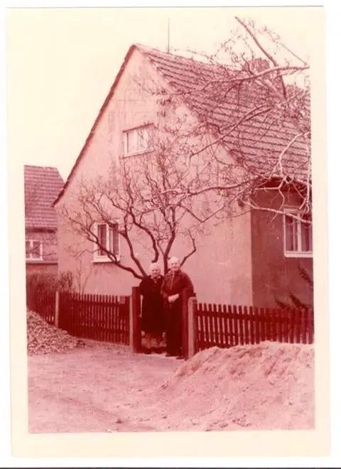 I nonni materni di Marina Carelli nella loro casetta della Germania dell'Est