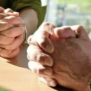 Hands Adotta un prete