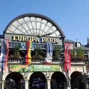 Europa Park da Wikipedia CC BY-SA 4.0 https://de.wikipedia.org/wiki/Datei:Haupteingang_Europa-Park_Rust.jpg