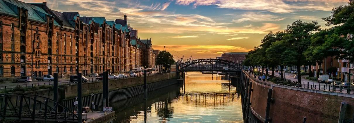 Amburgo, liggraphy, https://pixabay.com/it/photos/hamburg-speicherstadt-canale-case-3846525/, CC0