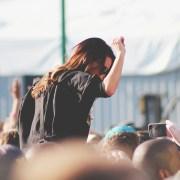 Folla, https://pixabay.com/it/photos/concerto-ragazza-danza-divertimento-1209323/, Free-Photos, CC0