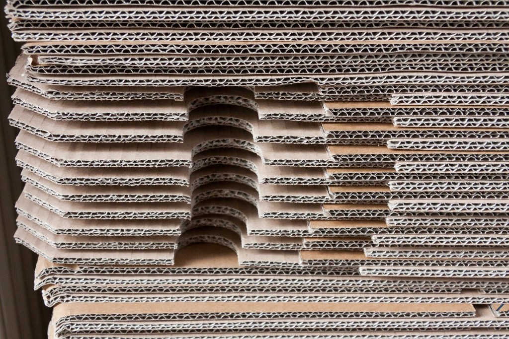 carta, ©stux, https://pixabay.com/it/photos/cartone-pila-imballaggio-spostare-1984477/