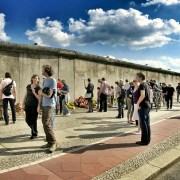 Giorno della Libertà, C LoboStudioHamburg https://pixabay.com/it/photos/bernauer-stra%C3%9Fe-costruzione-del-muro-113173/