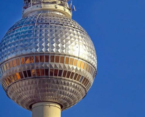 Alexanderplatz Pixabay cc0 https://pixabay.com/it/photos/tv-torre-berlino-alexanderplatz-2010877/