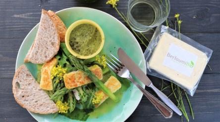 Berloumi Halloumi Bio dans une salade aux asperges vertes et Labneh.