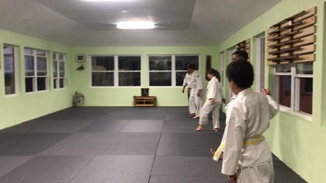 ukemi practice at the beginning of tonight's beginners class  #aikido #aikidoaikikai #bermudaaikikai #ukemi #forwardroll #practice #usafdojo