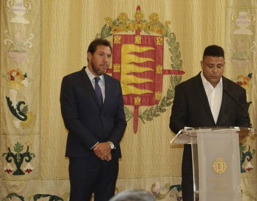 Ronaldo com Oscar Puente, prefeito da cidade de Valladolid