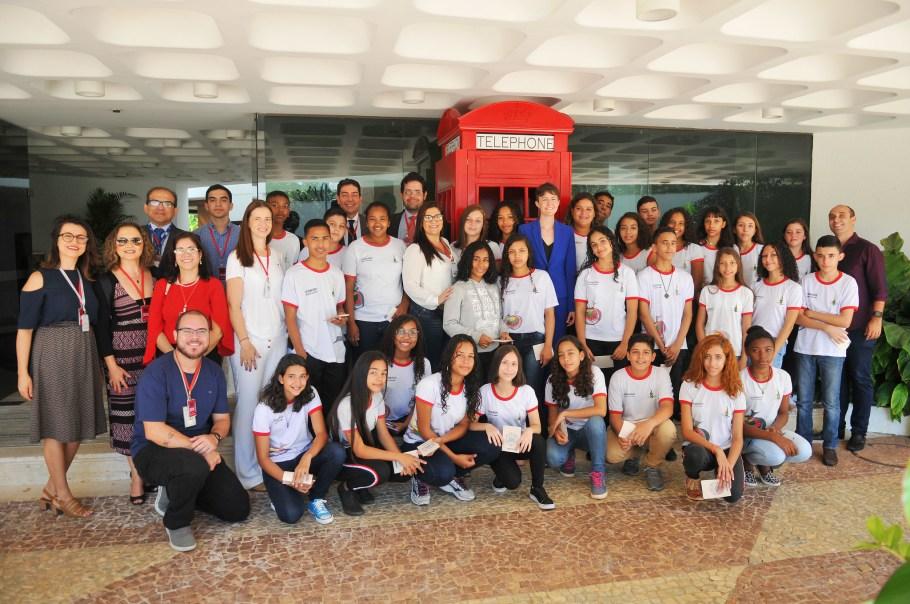 Ana Paula Hoff acompanha estudantes na Embaixada do Reino Unido - Bernadete Alves