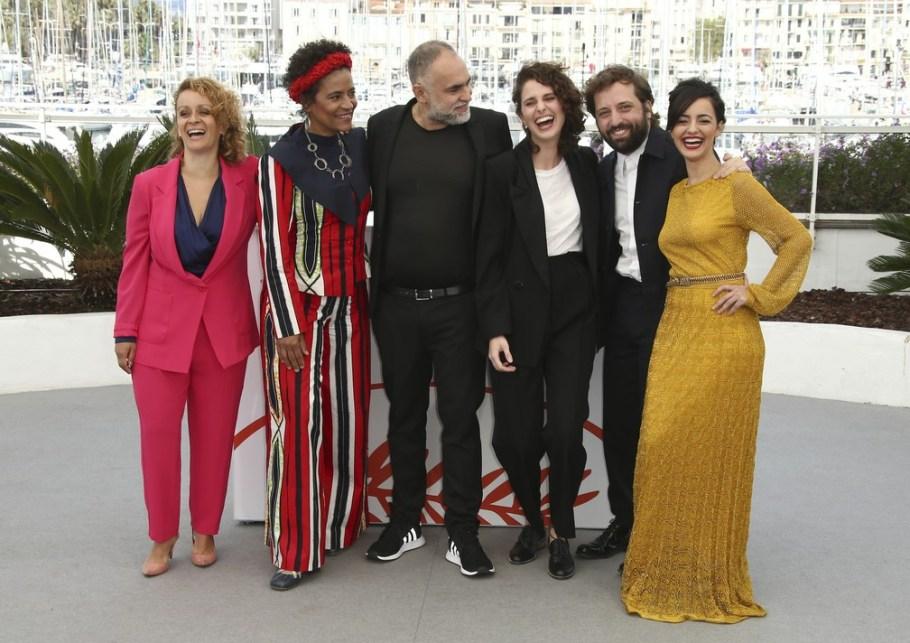 As atrizes Flavia Gusmao, Barbara Santos, Carol Duarte e Julia Stockler com o diretor - Bernadete Alves