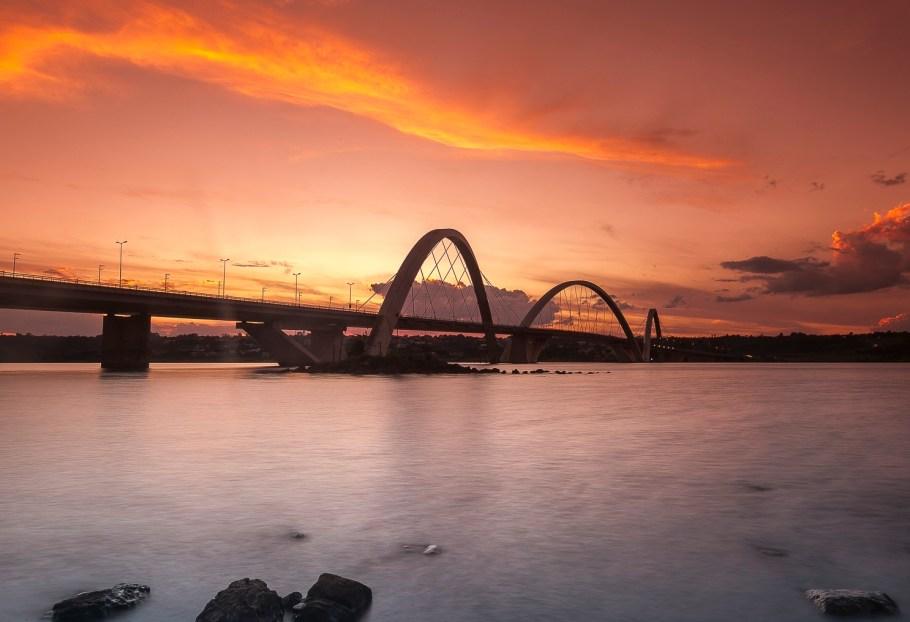 O amanhecer na Ponte JK - Lago Paranoá - Bernadete Alves