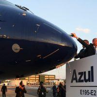 Embraer apresenta jato 195-E2 produzido no Brasil