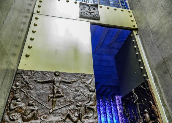 Portas do Santuário Dom Bosco, em ferro e bronze, com baixos-relevos que relembram a vida de Dom Bosco, do artista Gianfrancesco Cerri