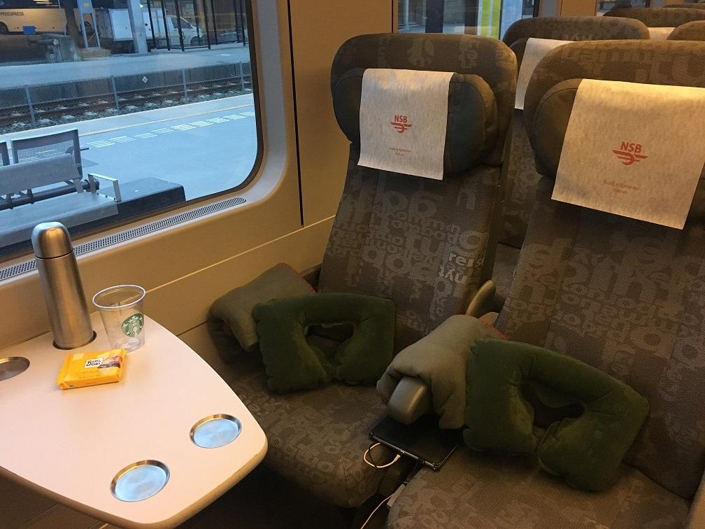 Gece treni: Koltukta uzun bir yolculuk olacağı için trende battaniye ve şişme yastık veriliyor