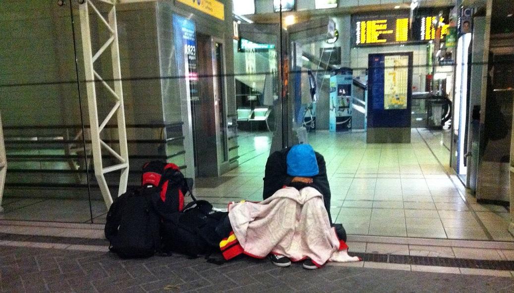 Rennes tren garında sabahlamamız