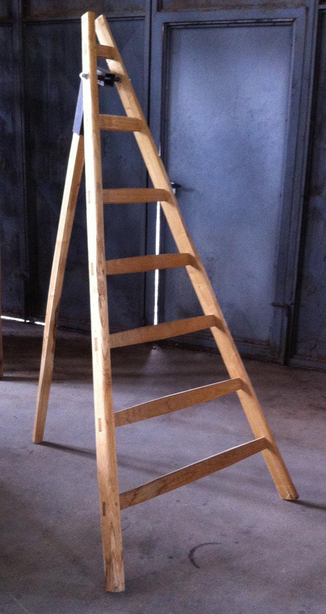 Scalandrino a tre piedi di legno