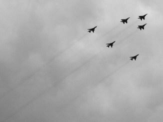 Formacja trzech samolotów MiG-29 oraz trzech Su-22 należących do Sił Powietrznych RP. Powrót po paradzie z okazji Dnia Wojska Polskiego w dniu 15.08.2016 roku. Zdjęcie wykonane w pobliżu 23 Bazy Lotnictwa Taktycznego w Mińsku Mazowieckim.