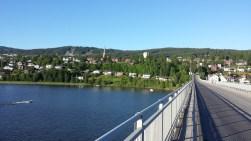 Von der Mitte der Brücke über den See