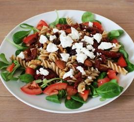 pastasalade met geitenkaas en nootjes