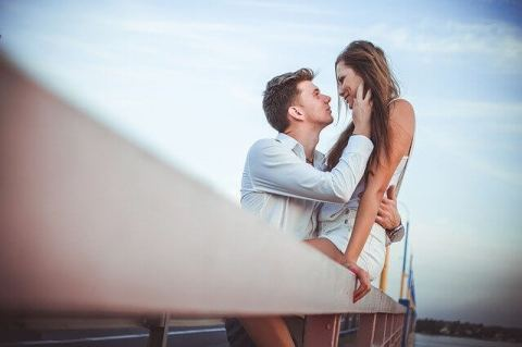 Glückliches Paar zeigt sich gegenseitig die Liebe