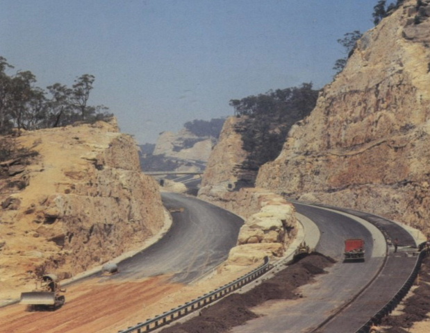 1967 photo of the cuttings for the freeway at Brooklyn on the Hawkesbury. http://www.ozroads.com.au/NSW/Freeways/F3/ConstructionInfo.htm
