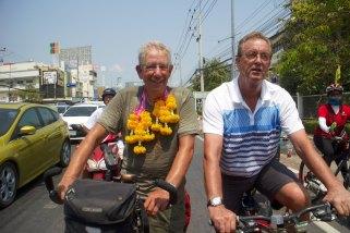 Samen met Guus en aantal anderen op de fiets naar zijn huis.