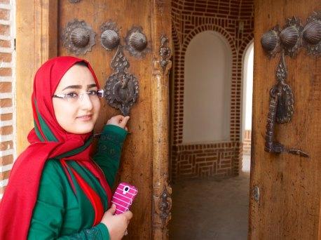 Mojgan klopt aan, links de klopper voor vrouwen, rechts die voor mannen, Tabriz, Iran