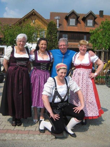 Samen met Dirndl dames. Reibersdorf, Duitsland