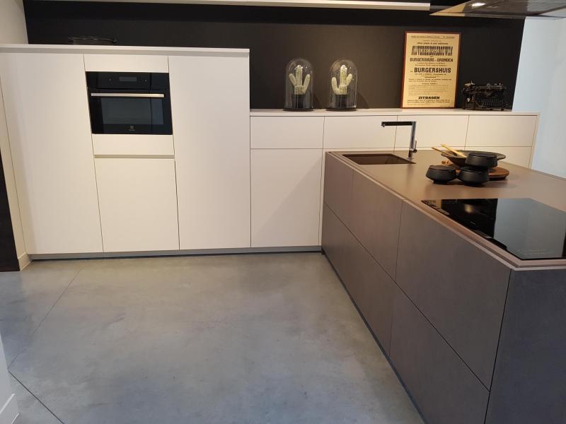 Toonzaalkeuken in wit gelakt met betonlook gecombineerd