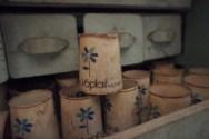 Vendredi, les vieilles maisons recèlent de découvertes comme ces vieux pots de yaourt Yoplait qui ont probablement plusieurs décennies.