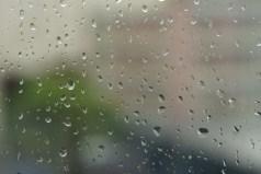 Pluie sur les fenêtres de la maison