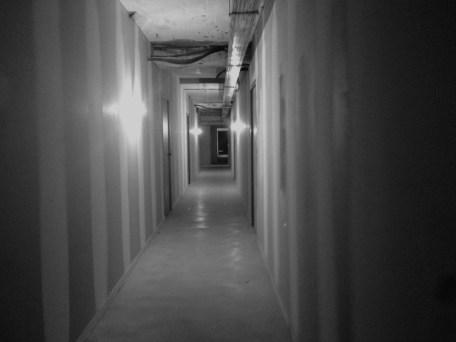 Lundi 30 septembre : couloir lugubre et en travaux pour aller à une réunion