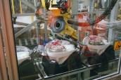 Un robot au travail pour faire une tâche qui était auparavant très fatigante pour les ouvrières