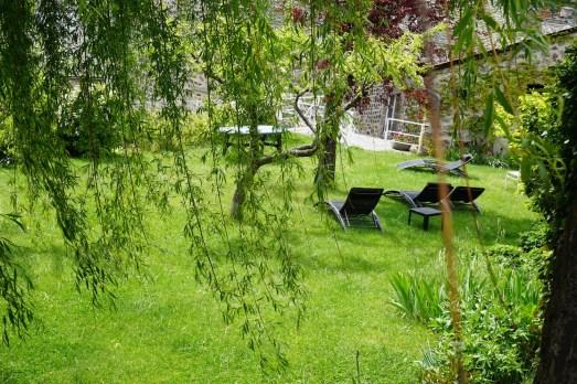 Lundi 19 mai : vue d'un jardin par dessus un muret à Murat