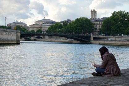 Dimanche 29 juin : une jeune femme perdue dans la mélancolie sur les bords de la Seine