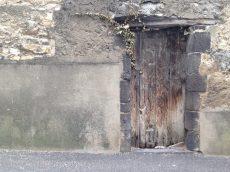 Dimanche 26 avril 2015 : la porte de la grange bientôt démolie