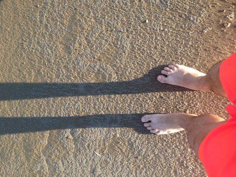 Début des vacances : les pieds dans le sable