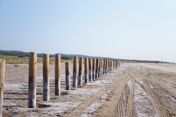 Limite : ces piquets délimite la zone entre la plage et l'espace naturel protégé et interdit aux voitures.