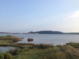 L'étang, le village et Barberousse. La balade autour est très sympa
