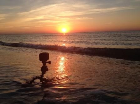 La GoPro les pieds dans l'eau pour filmer le lever du soleil