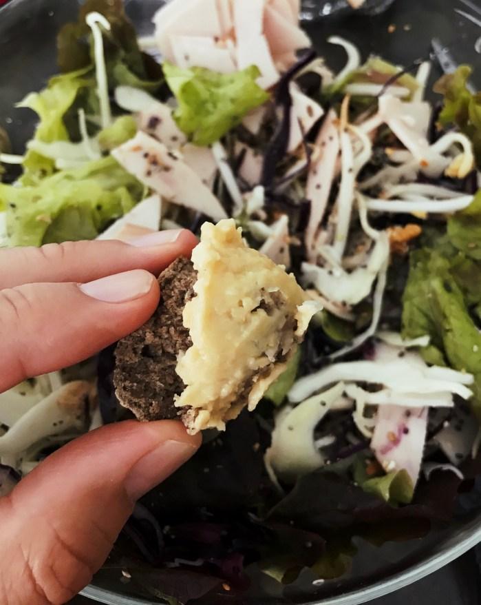 Sur un scone avec une salade
