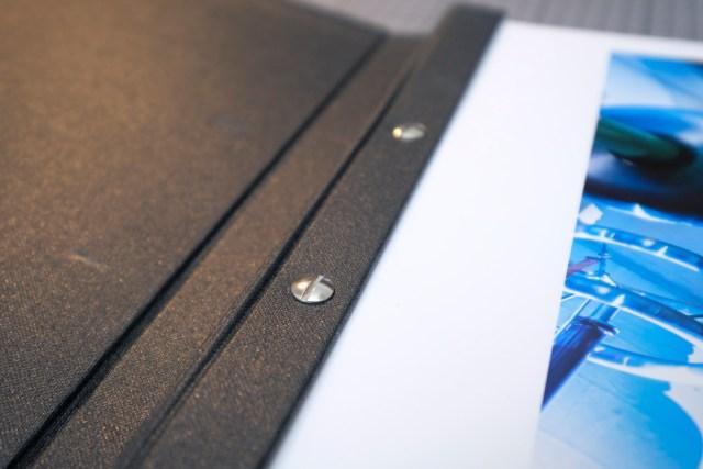 Aktualisierungen sind sehr einfach: Die Buchbinderschrauben lösen, die auszutauschenden Blätter herausnehmen und durch neue ergänzen.
