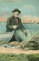 alte Postkarte: alter Mann sitzt am Wasser neben seinem Boot und flickt ein Netz