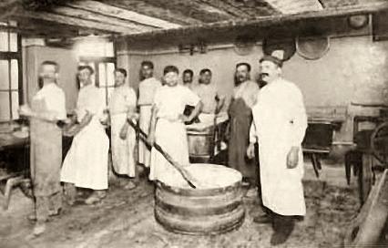 altes sw-Foto: Bäckerei mit Angestellten