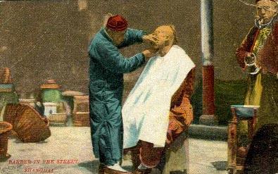 Straßenbarbier rasiert Kunden