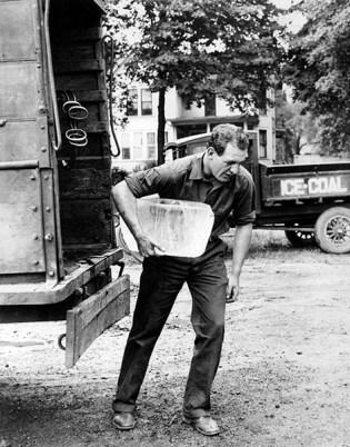 sw-Foto: Mann holt Eisblock aus LKW