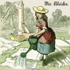 Die Bleiche. Frau hat Wäsche auf der Wiese ausgelegt und hat von der nahestenden Wasserpumpe Wasser mit Gießkanne geholt und übergießt nun die Kleidung damit.